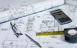 O planig home da renovação, com remodela planos na mesa dos arquitetos Remodelando o conceito Imagens de Stock Royalty Free