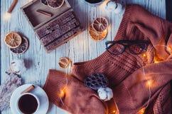 O plano acolhedor do inverno coloca com luzes da decoração e da festão da casa imagem de stock royalty free