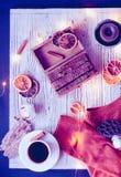 O plano acolhedor do inverno coloca com luzes da decoração e da festão da casa fotografia de stock