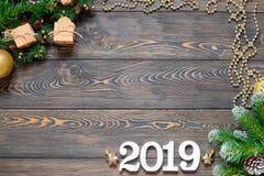 O plano coloca com o calendário 2019, os lápis e os brinquedos do Natal na superfície de madeira fotografia de stock