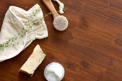 O plano da aromaterapia dos termas coloca na tabela de madeira imagem de stock