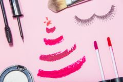 O plano da beleza do ano novo do Natal coloca o compositi da opinião superior dos cosméticos Imagens de Stock Royalty Free