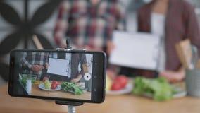 O plano da dieta, smartphone faz a gravação de vídeo viver como bloggers indivíduo e comer saudável do cozinheiro da menina dos l filme