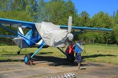 O plano da turboélice com cabine coberta está em lajes de cimento Fotografia de Stock