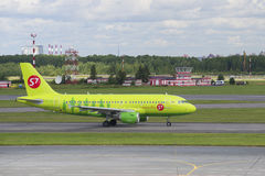 O plano das linhas aéreas Airbus A319 da empresa S7 Sibéria (VP-BHP) no aeroporto Pulkovo St Petersburg Foto de Stock Royalty Free