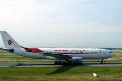 O plano de Air Algerie na pista de decolagem, apronta-se para a decolagem Foto de Stock