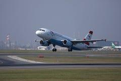 O plano de Austrian Airlines que decola do aeroporto de Viena, VIE foto de stock