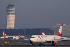 O plano de Austrian Airlines que decola do aeroporto de Viena, VIE imagem de stock