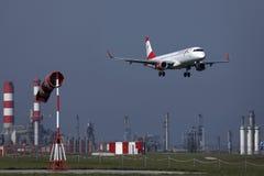 O plano de Austrian Airlines que decola do aeroporto de Viena, VIE fotos de stock royalty free