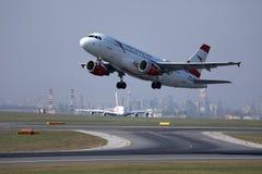 O plano de Austrian Airlines que decola do aeroporto de Viena, VIE fotos de stock