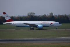 O plano de Austrian Airlines que faz o táxi no aeroporto de Viena, VIE foto de stock royalty free