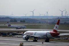 O plano de Austrian Airlines que taxiing na pista de decolagem no aeroporto de Viena, VIE imagens de stock