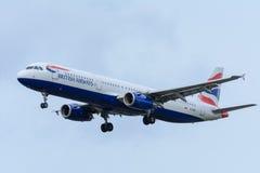 O plano de British Airways G-EUXI Airbus A321-200 está aterrando no aeroporto de Schiphol Imagens de Stock