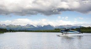 O plano de pontão Taxis o lago Hood Seaplane Base Anchorage Alaska Fotografia de Stock