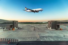 O plano decola no aeroporto Fotografia de Stock Royalty Free