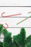 O plano do Natal coloca com bastões de doces e ramos do abeto Vista superior imagens de stock