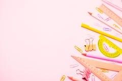 O plano do statinery da escola coloca no fundo cor-de-rosa imagem de stock royalty free