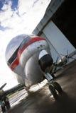 O plano do suporte do vintage está o avião incomum do hangar do aeroporto do alcatrão Imagens de Stock Royalty Free