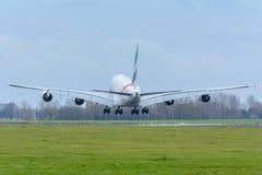 O plano dos emirados A6-EEW Airbus A380-800 está aterrando no aeroporto de Schiphol Fotografia de Stock