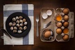 O plano dos ovos de codorniz coloca a vida imóvel rústica com o alimento à moda Fotos de Stock