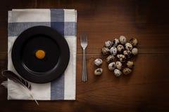 O plano dos ovos de codorniz coloca a vida imóvel rústica com o alimento à moda Imagens de Stock