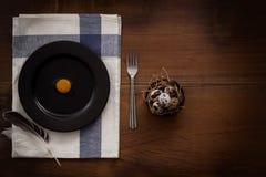 O plano dos ovos de codorniz coloca a vida imóvel rústica com o alimento à moda Fotos de Stock Royalty Free