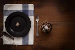 O plano dos ovos de codorniz coloca a vida imóvel rústica com o alimento à moda Fotografia de Stock Royalty Free