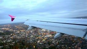 O plano está aterrando em Londres, aeroporto de Luthon vídeos de arquivo