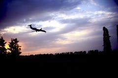 O plano está aterrando no aeroporto Imagem de Stock