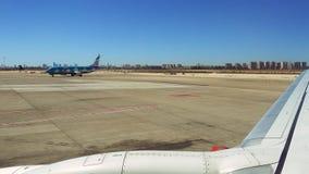 O plano está conduzindo na pista de decolagem no aeroporto Fotos de Stock Royalty Free