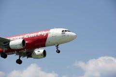 O plano estava aterrando no aeroporto em Phuket beira-mar Fotos de Stock Royalty Free