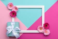 O plano floral coloca o cartão geométrico dos testes padrões do minimalismo com uma caixa de presente Imagem de Stock Royalty Free