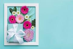 O plano floral coloca o conceito mínimo com presente belamente envolvido Dia feliz do `s da matriz imagem de stock