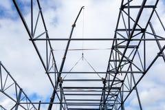 O plano móvel constrói e levanta uma estrutura do metal fotografia de stock