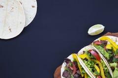O plano mexicano dos tacos da rua coloca a composição com carne e vegetais imagem de stock