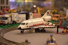 O plano no aeroporto Imagens de Stock