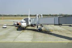 O plano no aeroporto na carga Fotografia de Stock