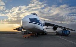 O plano o maior An-124-100 do mundo (Rússia) no reenchimento no aeroporto Al Ain Fotografia de Stock Royalty Free