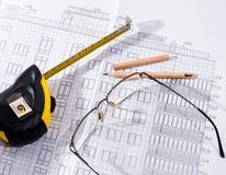 O plano, os vidros e o lápis da construção Foto de Stock Royalty Free
