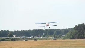 O plano pequeno decola do aeródromo, avião agriculturial filme