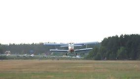 O plano pequeno decola do jato do aeródromo, o pequeno e o deteriorado filme