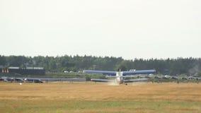 O plano pequeno decola do jato do aeródromo, o pequeno e o deteriorado video estoque