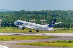 O plano polonês das linhas aéreas decola no aeroporto de Krabi foto de stock