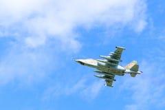 O plano Sukhoi Su-25 Grach Frogfoot do assalto no céu Fotos de Stock Royalty Free