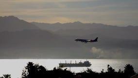 O plano voa sobre a baía e os prepars do mar para aterrar video estoque