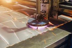 O plasma cortou a chapa de aço de corte de máquina com faíscas Feche acima da vista fotos de stock