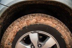 O pneu da roda suja acima com lama fotografia de stock royalty free