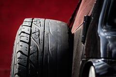 O pneu de reposição com Irregular usou a baixa linha calva imagem de stock