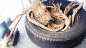 O pneu está pendurando em torno do barco lateral Foto de Stock