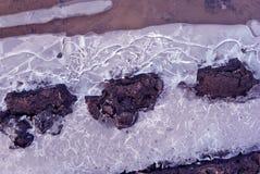 O pneu marca no solo com interior do gelo no fim do solo acima do detalhe, fundo natural imagem de stock